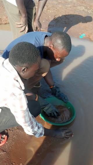 Gold panning in Ndaiga, Uganda