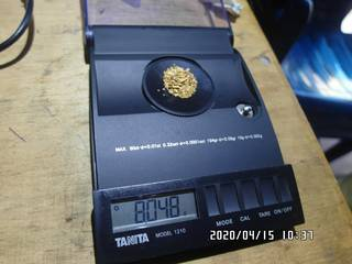 8.048 grams of natural gold nuggets on the balance scale